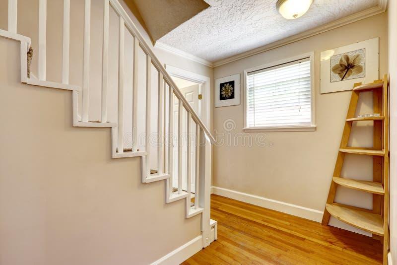 couloir vide avec l 39 escalier image stock image du escalier projet 45024031. Black Bedroom Furniture Sets. Home Design Ideas
