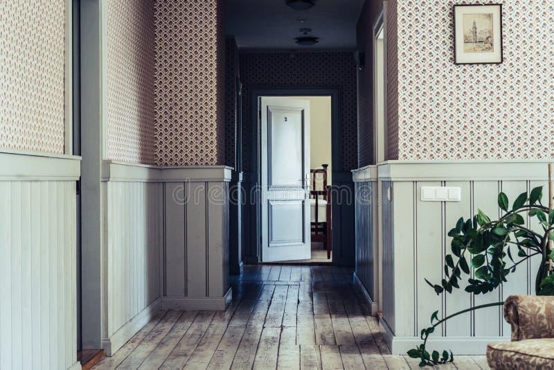 Couloir vide d'hôtel avec le plancher de conseil en bois - lumière du jour brillant par Windows, concept d'apocalypse de poteau image libre de droits