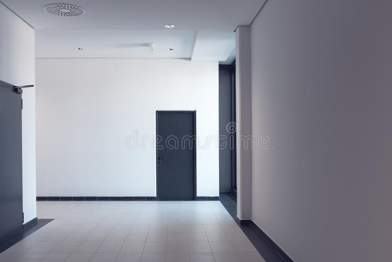 Couloir vide dans le bâtiment moderne de local commercial photos stock