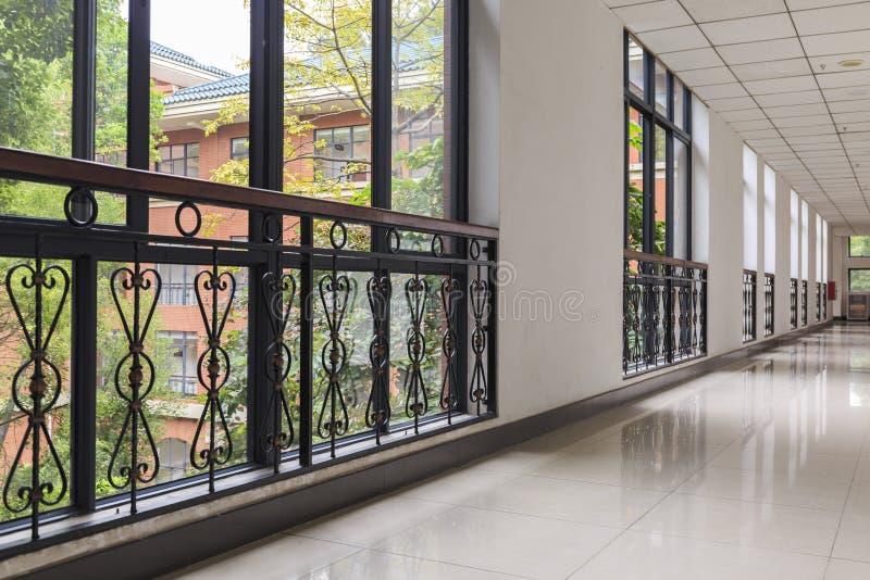 Couloir vide de bureau dans l'immeuble de bureaux moderne avec le vitrail photos stock