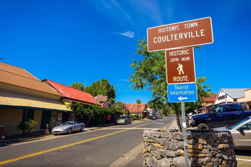 Coulterville Podpisuje wewnątrz Kalifornia ` s sierra Nevada zdjęcie stock