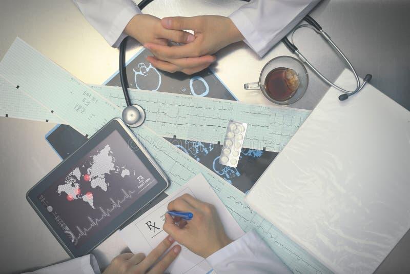 Counsil médical de deux médecins image libre de droits