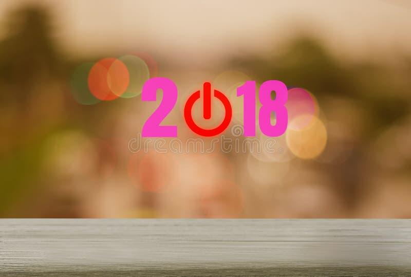 Countdown 2018 auf hölzerner Tabelle mit Hintergründen und festlichen Feiertagsfestlichkeiten, abstrakter Begriff, rote Abschaltu stockfotografie