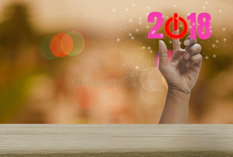 Countdownholztisch 2018 mit buntem bokeh Hintergrund Funkeln und festlicher Ferienzeit, Handpressen des abstrakten Begriffs lizenzfreies stockfoto