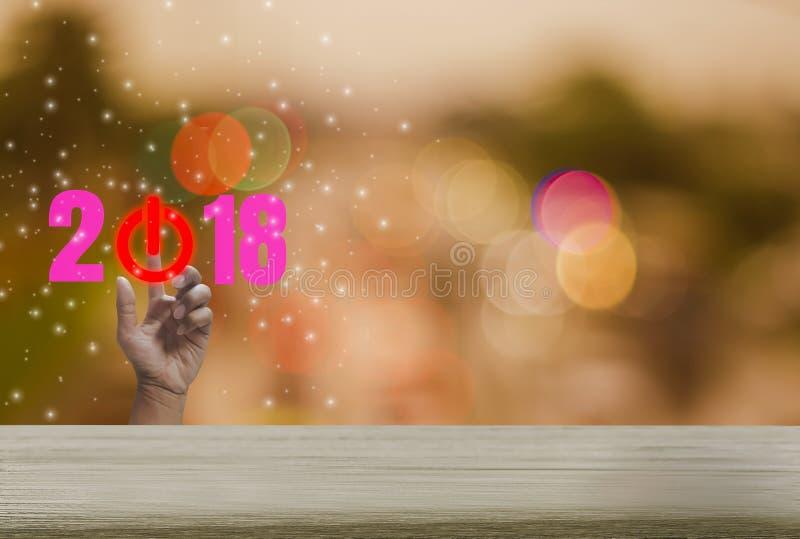 Countdownholztisch 2018 mit buntem bokeh Hintergrund Funkeln und festlicher Ferienzeit, Handpressen des abstrakten Begriffs lizenzfreies stockbild