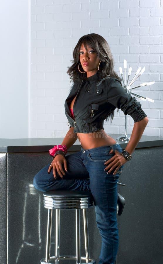 counter plattform stads- kvinna för afrikansk amerikan royaltyfri bild