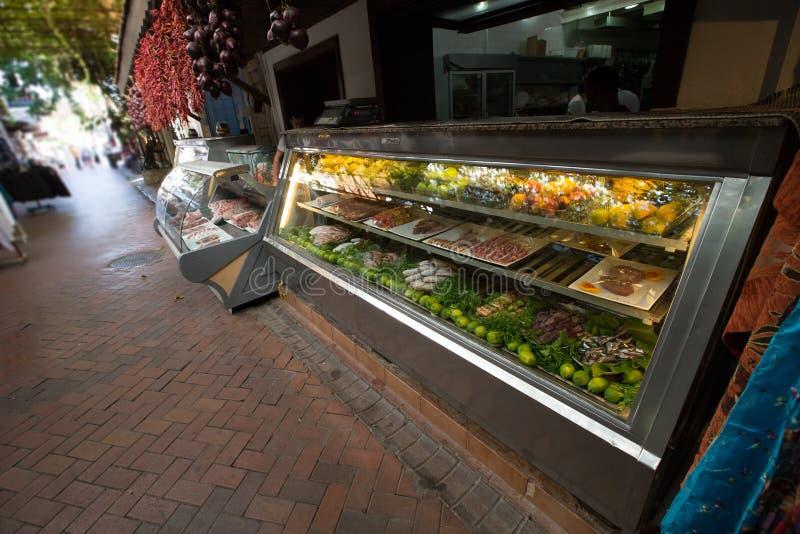 Countertop med ny mat i marknaden kalkon arkivfoto