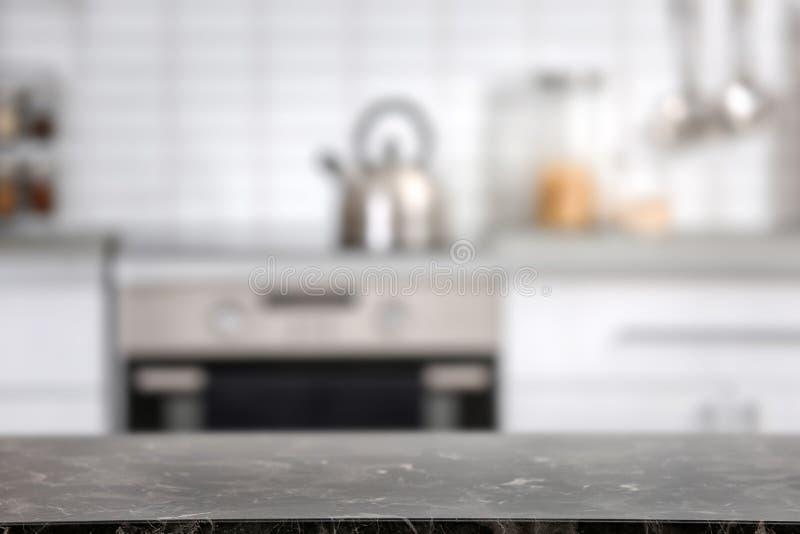 Countertop und unscharfe Ansicht des Kücheninnenraums lizenzfreie stockfotos