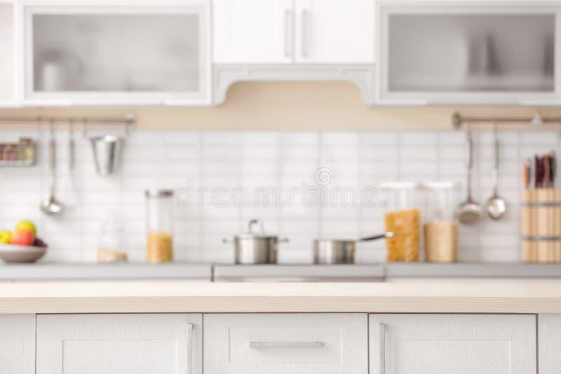 Countertop und unscharfe Ansicht des Kücheninnenraums lizenzfreie stockbilder