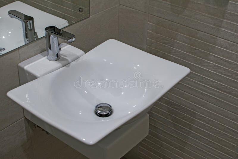 Countertophandfat i ett modernt badrum Handfatet av keramik i badrummet med ett klapp Badruminre med vasken och arkivfoton