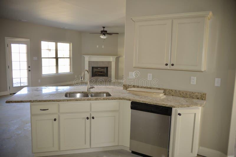 Countertops мрамора и гранита в Remodeled кухне стоковые изображения rf