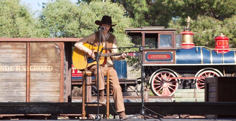 Country-Sänger erscheint gegen Bahnhof stockfotografie