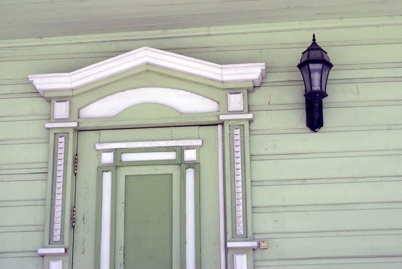 Countryhouse, fachada e janela de madeira verdes imagens de stock