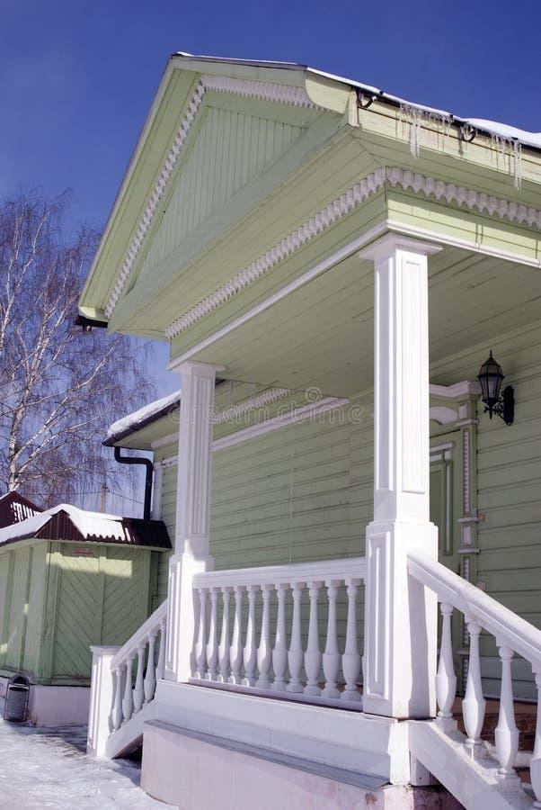Countryhouse, fachada e janela de madeira verdes Os sincelos cobrem o telhado imagens de stock royalty free