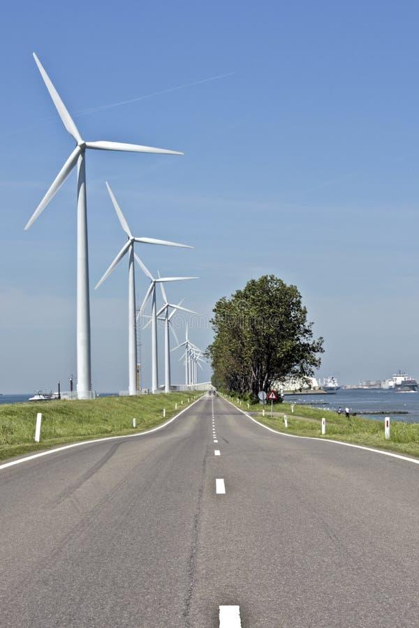 Countryroad en windmolens in Nederland royalty-vrije stock afbeeldingen