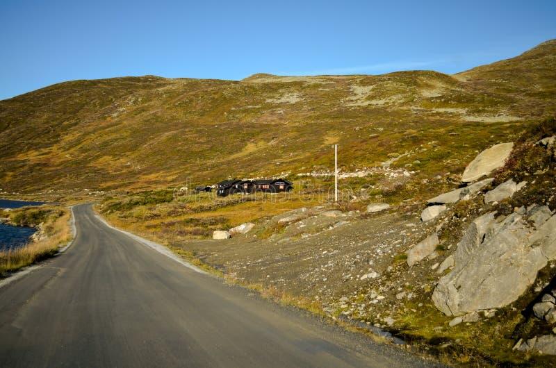 Countryroad i det höstliga höglands- tundralandskapet, Norge arkivbild