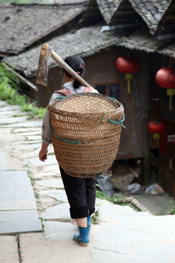 Countrywoman di Miao dai terrazzi del riso di Longji immagini stock