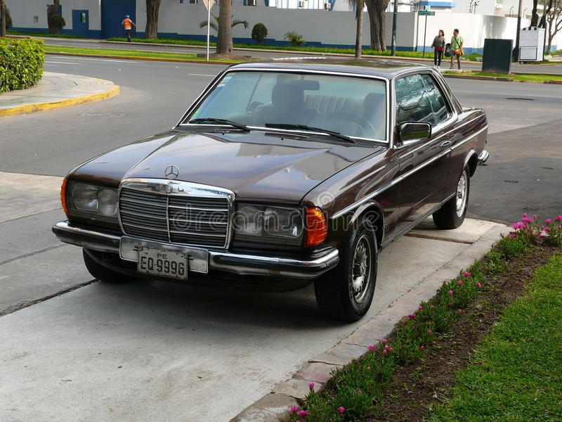 Coupé Browns Mercedes-Benz 230C geparkt in Lima stockfotografie
