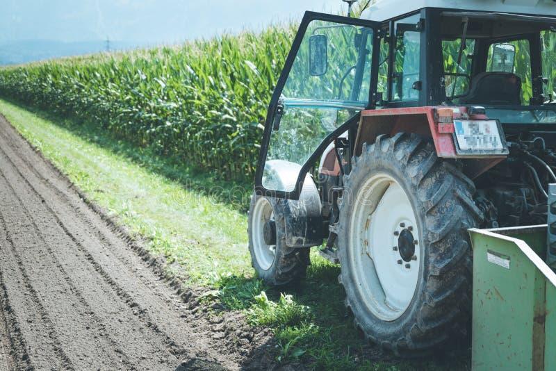 Coup? du tracteur cultivant le champ au printemps, agriculture photo stock