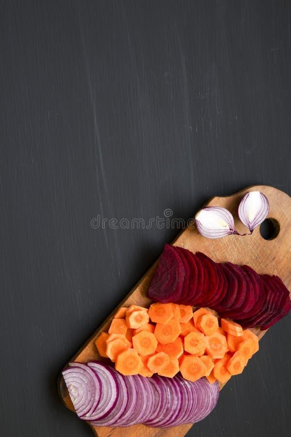 A coupé les légumes frais sur le conseil en bois rustique sur le fond foncé Vue supérieure D'en haut Copiez l'espace photographie stock libre de droits