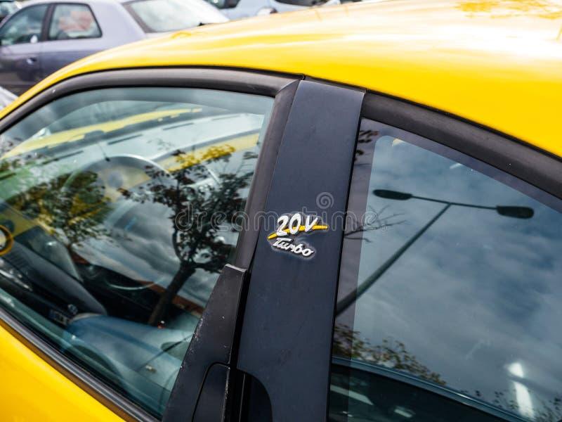 Coupé peint jaune 20v Turbo de Fiat photo stock