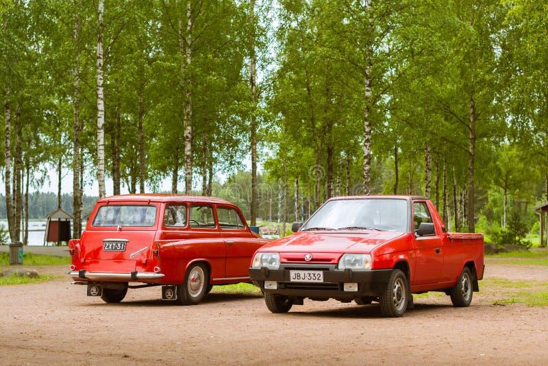 Coupélastwagen zwei Rot Skodas Felicia und Aufnahme, Retro-club von Czec lizenzfreie stockfotografie