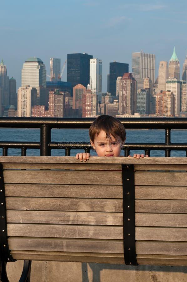 Coup d'oeil d'enfant en bas âge un Boo images libres de droits
