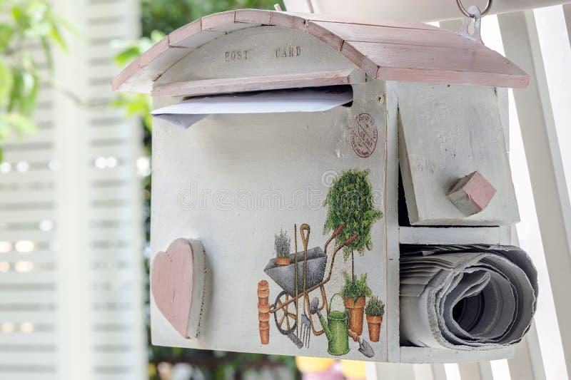 Coup de boîte aux lettres sur la barrière en bois photographie stock libre de droits