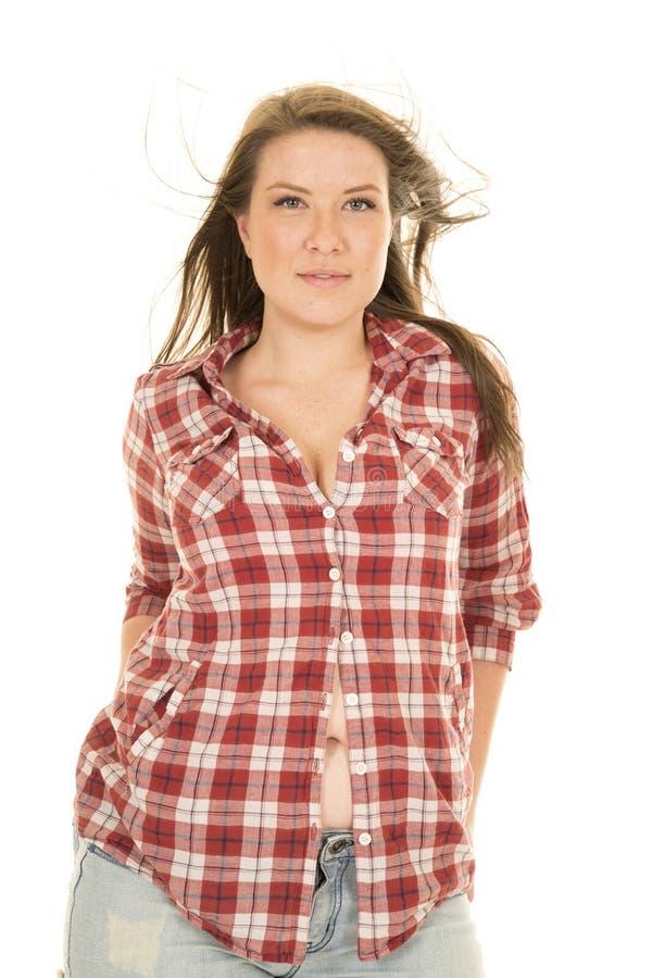 Coup de cheveux de chemise de plaid de femme faisant face à la chemise partiellement ouverte photographie stock libre de droits