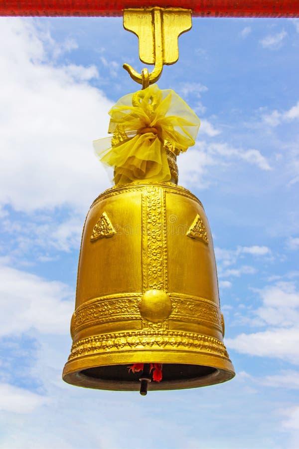 Coup de cloche d'or avec les poutres rouges de fer de grande taille avec le ciel et le nuage lumineux comme fond photographie stock