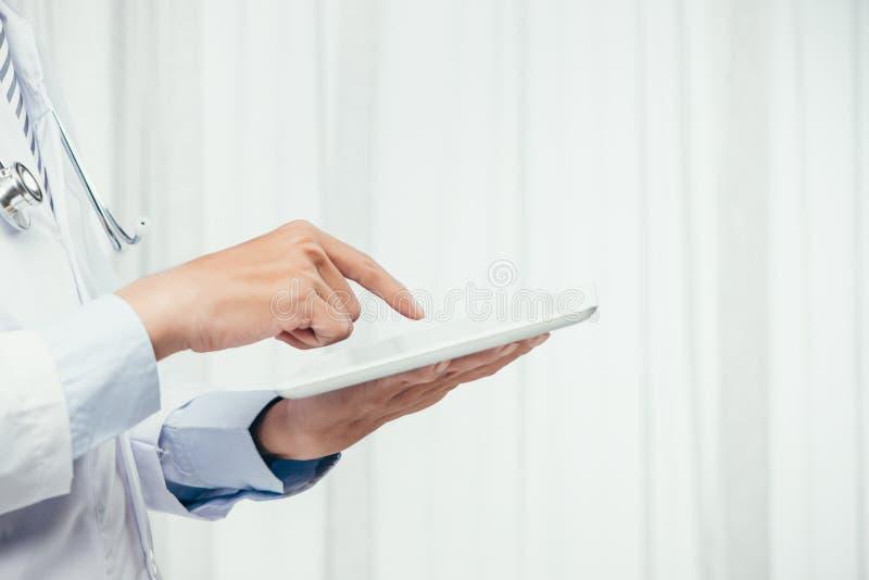 coup de fin du docteur masculin à l'aide d'un comprimé numérique photos stock