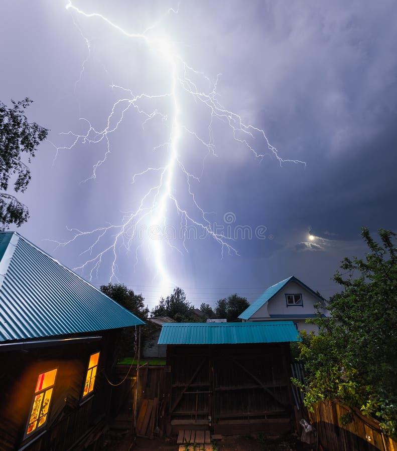 Coup de foudre dans le ciel nocturne photo libre de droits