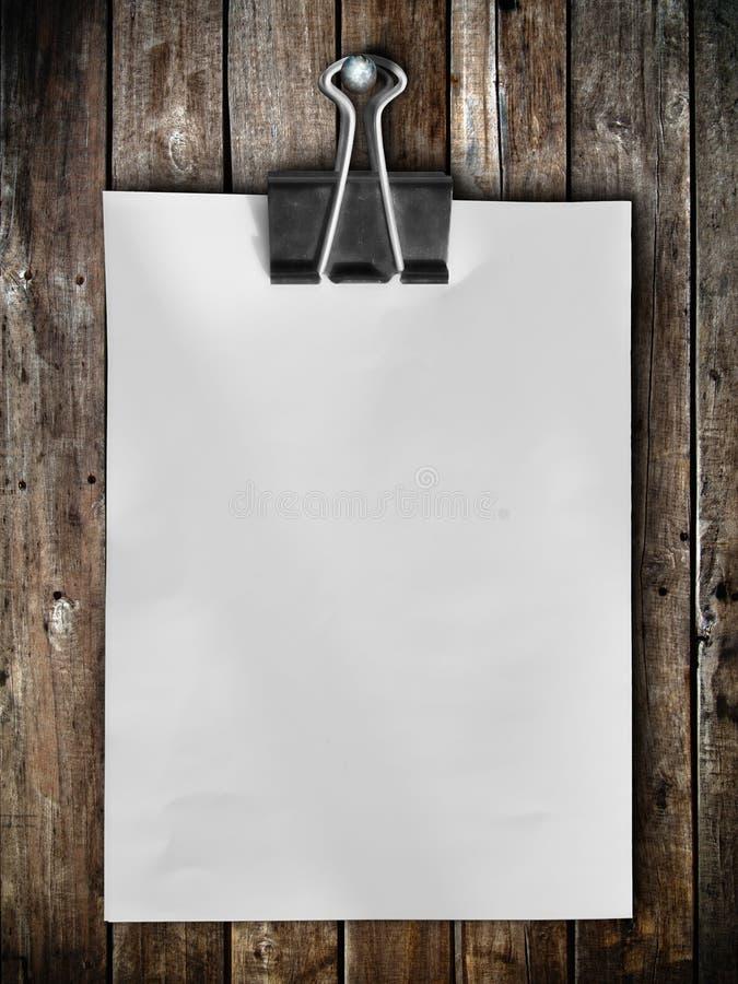 Coup de papier de note sur le panneau en bois photos libres de droits