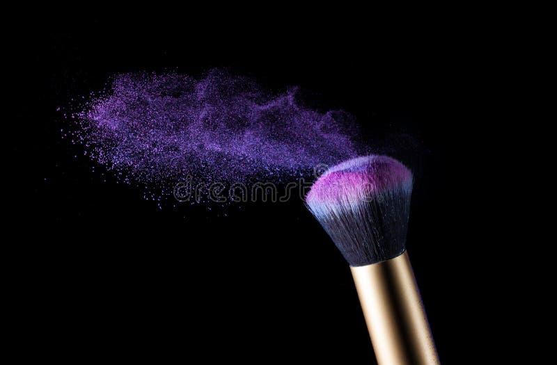 Coup de poussière de brosse et de poudre de maquillage de cosmétiques photographie stock libre de droits