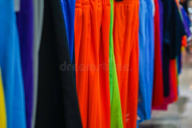 Coup de vêtements de sport sur le Th la corde à linge dans le magasin de sport photos stock