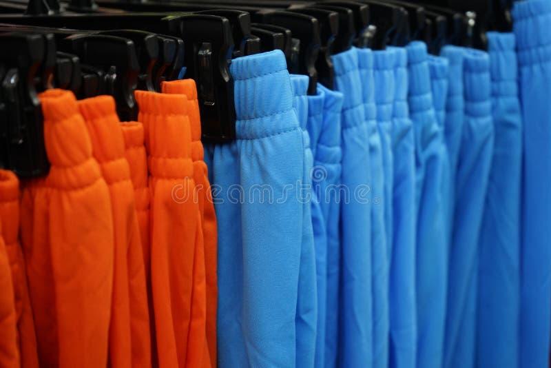 Coup de vêtements de sport sur le Th la corde à linge dans le magasin de sport images libres de droits