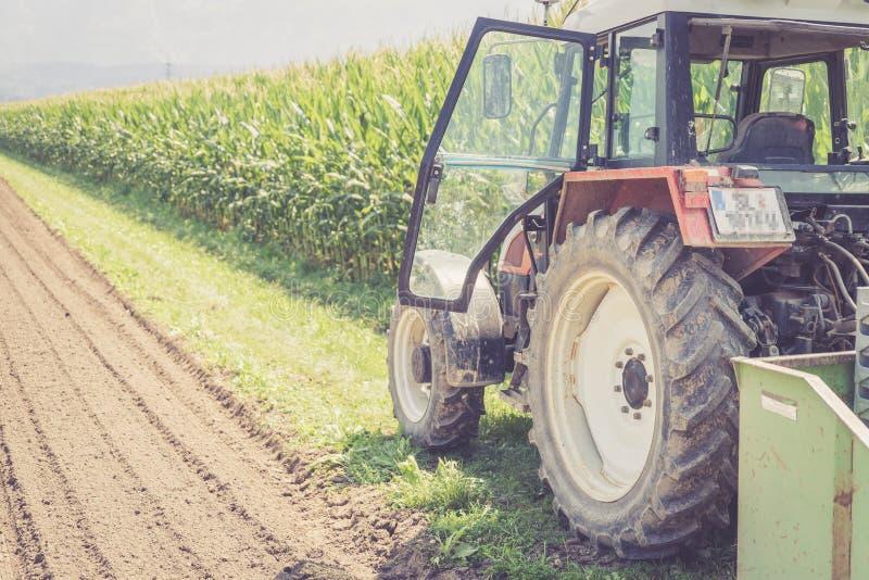 Coup? du tracteur cultivant le champ au printemps, agriculture photographie stock