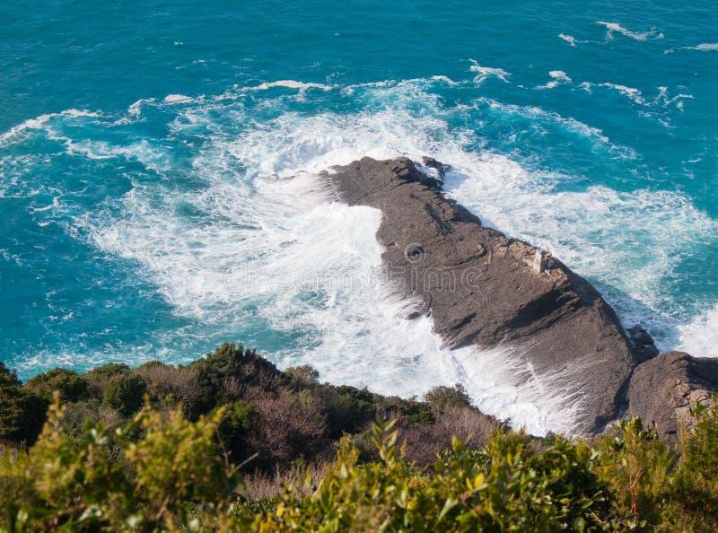 Coup rocheux de cap de Punta Chiappa par les vagues puissantes photos libres de droits