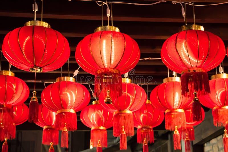 Coup rouge de lanternes sur le plafond pendant la célébration photo libre de droits