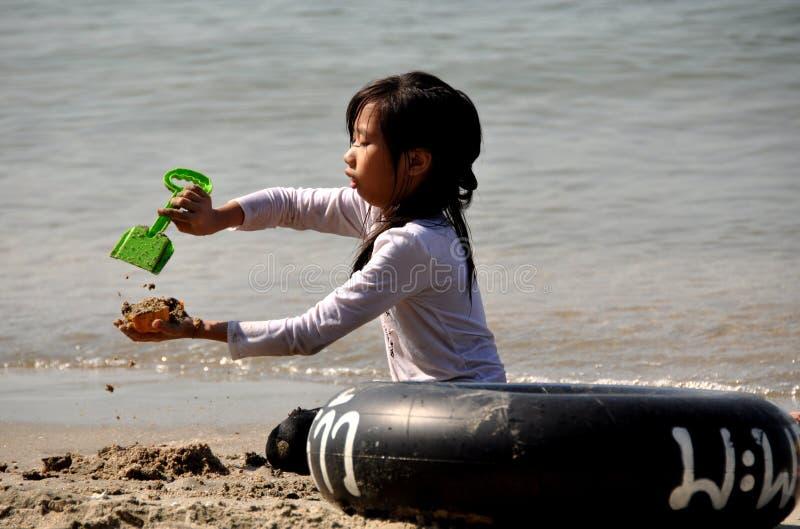 Coup Saen, Thaïlande : Petite fille jouant en sable photo stock