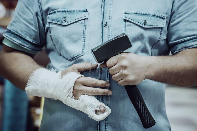 Coup sur le doigt avec un marteau images libres de droits