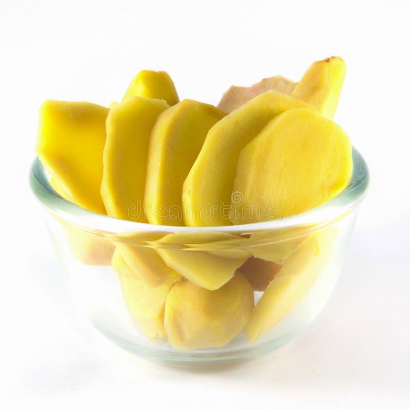 Coupant le gingembre frais prêt pour la cuisson photos stock