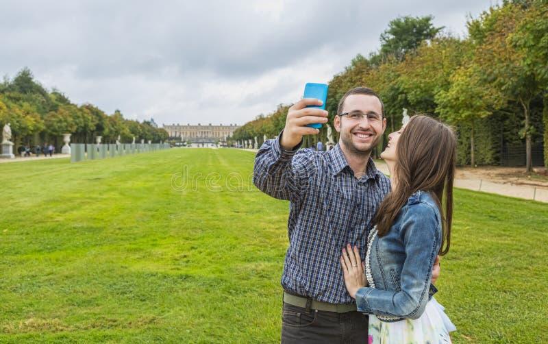Coupe принимая Selfie стоковая фотография
