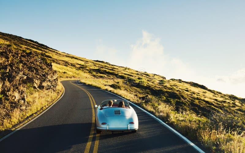 Coupe управляя на проселочной дороге в винтажном автомобиле спорт стоковое изображение rf