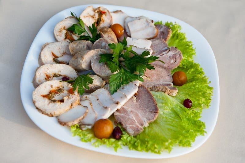 Coupe assortie de viande avec le petit pain de poulet, la saucisse faite maison, le saindoux et le jambon sur des feuilles de lai photos libres de droits