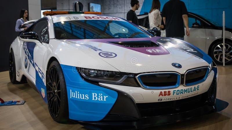 Coupe BMW i8, электрический вставляемый гибрид в цветах для автомобиля безопасти для участвовать в гонке формулы e стоковые фотографии rf