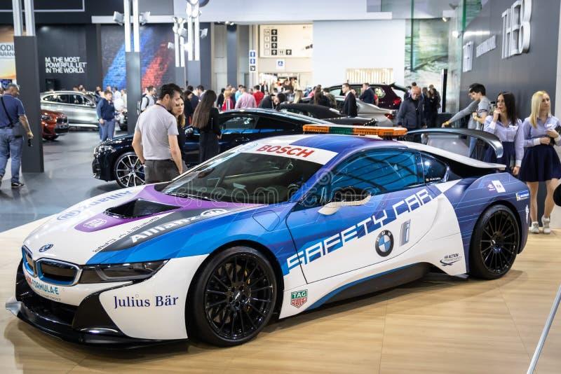 Coupe BMW i8, электрический вставляемый гибрид в цветах для автомобиля безопасти для участвовать в гонке формулы e стоковая фотография rf