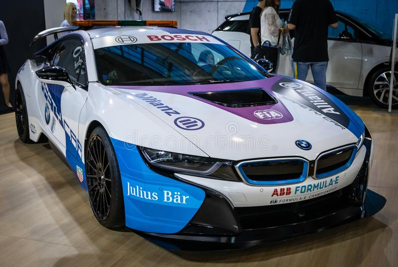 Coupe BMW i8, электрический вставляемый гибрид в цветах для автомобиля безопасти для участвовать в гонке формулы e стоковое изображение rf