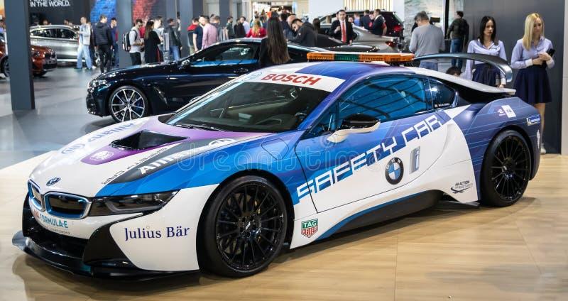 Coupe BMW i8, электрический вставляемый гибрид в цветах для автомобиля безопасти для участвовать в гонке формулы e стоковые изображения