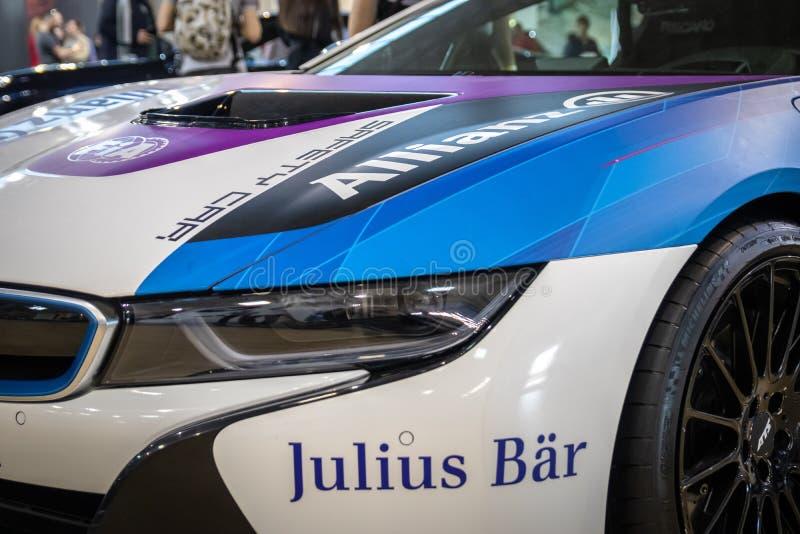 Coupe BMW i8, электрический вставляемый гибрид в цветах для автомобиля безопасти для участвовать в гонке формулы e стоковые фото